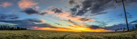 panorama paysage rural avec une belle coucher du soleil