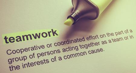 definicion: Definición del trabajo en equipo, con fondo de color