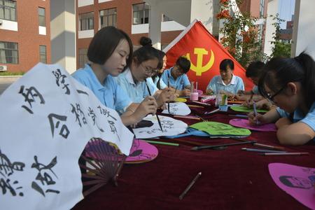 """11 juli 2016, Shandong Liaocheng University, de universiteit studenten die schilderij tentoonstelling. Door de ventilator creëren voor zowel kalligrafie en schilderijen aanspreken, inspireren studenten om bewust """"leren te doen"""" in het achterhoofd."""