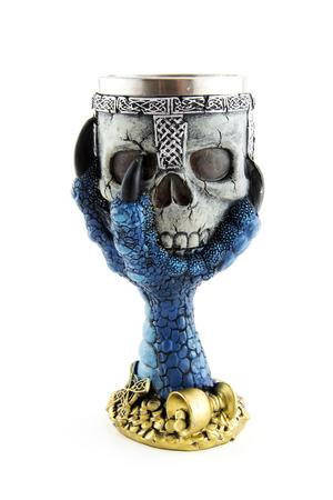 elixir: Copa antigua con calavera aislada sobre fondo blanco