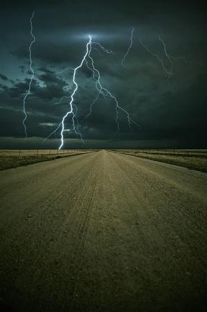 Lightning Storm Ahead - Colorado Plains Outback Weg met Lightning Storm Ahead. Verticale Image. Natuur foto collectie. Stockfoto