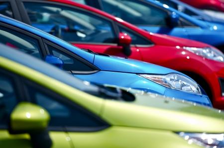 Bunte Autos Lager. Kleine europäische Fahrzeuge auf Lager. Viele Farben zur Auswahl. Autohaus Auto Lager. Transport-Foto-Sammlung