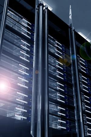 virtualizacion: Moderno centro de datos con destello de lente. Racks de servidores - Metal oscuro, vidrio y Racks de elementos de cromo. Elegante moderno centro de datos. Tema de alojamiento Render 3D ilustraci�n.  Foto de archivo