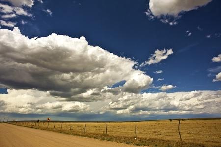 Llanuras del oeste de Estados Unidos. Frontera de Kansas de Colorado. Día de verano caluroso. Fotos horizontal.
