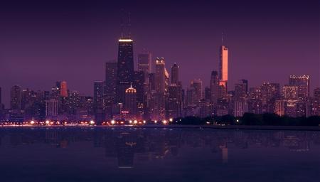 windy city: Horizonte de Chicago durante la puesta del sol - la tarde. Fotograf�a panor�mica. Skyline Lago Espejo se ha agregado digitalmente. Windy City y el lago Michigan. Foto horizontal