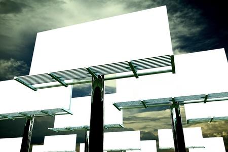 광고의 세계. 야외 대형 광고판. 그들 중 많은 사람들. 극적인 하늘 배경입니다. 모든 게시판은 빈 (솔리드 화이트) 글로벌 광고 그림 컬렉션입니다.