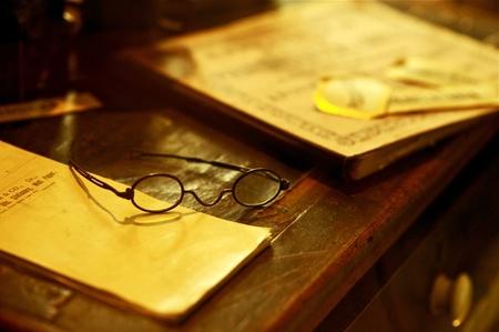 Vintage Bureau - Oude houten bureau met boeken en Bril. Antieke foto collectie.