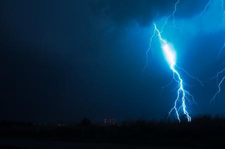 rayo electrico: Tormenta eléctrica. Descarga de relámpagos de gran alcance en la noche oscura. Tormentas eléctricas colección de fotos. Foto de archivo