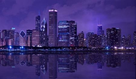 シカゴ市 - 夜のダウンタウンのスカイライン ミシガン湖反射水平パノラマ写真を持つシカゴ