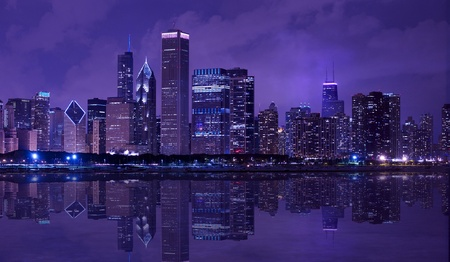 City of Chicago - Noche del horizonte del centro de Chicago con el lago Michigan Reflexiones Fotograf�a panor�mica horizontal