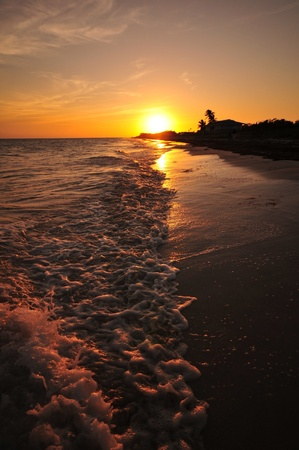clave sol: Cayos de Florida Sunset. Aguas Tranquilas océano, cerca de Sunset. Foto vertical. Cayos de Florida, EE.UU..