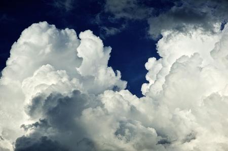 嵐の雲を醸造します。嵐の Cloudscape - 嵐の日。雲の背景。天気写真集。 写真素材