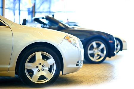 ディーラーのショールーム。3 台の車のショールームで。販売のための車。