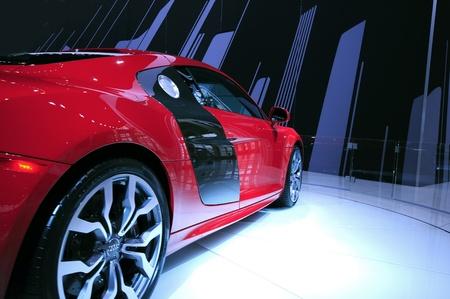 高価な赤のスポーツカー 報道画像