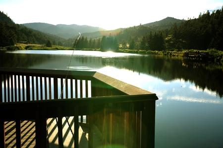 덴버 메트로 지역의 낚시 호수 50 마일 남쪽에 콜로라도 산 호수