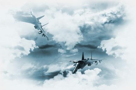 pilotos aviadores: Jets de fondo. Dos aviones de combate en la misión. Gran servir de antecedente para otras obras militares. Dos aviones de la Ilustración entre las nubes. Foto de archivo