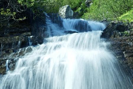 the cascade: Mountain Waterfall - Cascades Glacier. Glaciar NP Montana, EE.UU.. Montana Paisajes Colecci�n de Fotograf�a. Foto de archivo