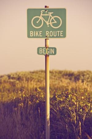start: Bike Route Beginnen Verkehrszeichen in Kalifornien, USA. Signage Photo Collection.
