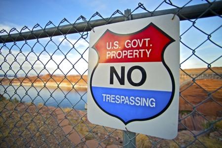 no trespassing: No Trespassing Gobierno de EE.UU. de propiedad Se�al de peligro en la cerca.