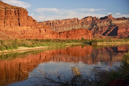 Moab Utah Landscape z rzeki Colorado. Czerwone piaskowców. Utah, USA