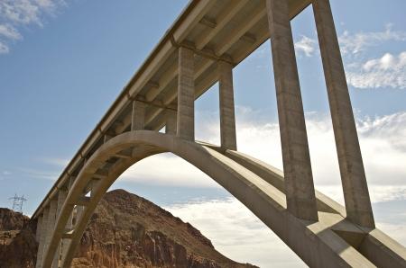 memorial cross: Hoover Dam Bypass: Mike O'Callaghan-Pat Tillman Memorial Bridge. Puente de arcos en los EE.UU. que atraviesa el río Colorado entre los estados de Arizona y Nevada. Famous Places colección de fotos. Foto de archivo