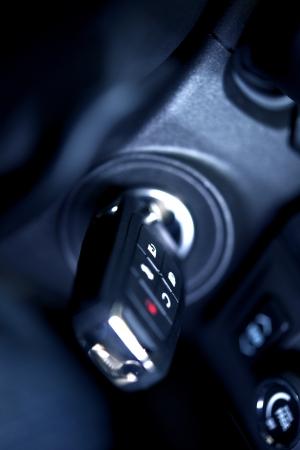 Autosleutels in Ignition - Studio close-up  Verticale Foto. Moderne auto sleutel met afstandsbediening Inside Ignition. vervoer foto collectie.