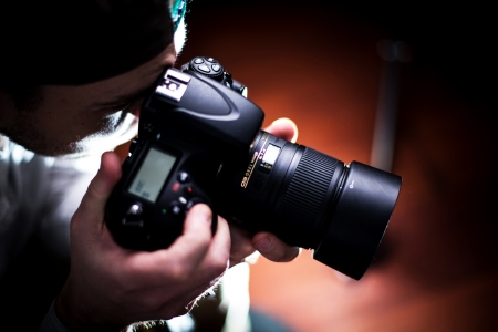 foto: The Photographer. Paparazzi Photographer with DSLR Camera - Closeup. Photography Business Theme. People Photo Collection.