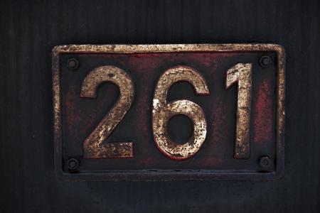 古い金属の番号札の汚れやグリースに覆われています。汚れた金属の背景。