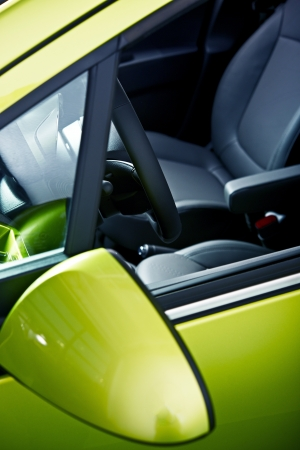 Driver Seat - Car Driver Seat Outdoor View. Verticale Studio Foto. Groene Body Vehicle. Transport Foto Collectie.