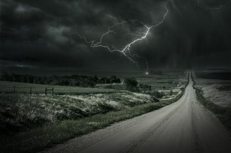 blitz symbol: Land Sturm. Back Country Gravel Road Ahead und Sturm. Lightning Bolt in einer Entfernung. Unwetter Collection.