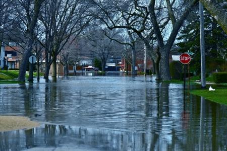 Les eaux de crue en profondeur dans un quartier résidentiel Des Plaines, IL, USA City Under Inondation de la rivière de l'eau Nature catastrophes Photography Collection Banque d'images