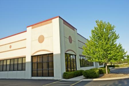 Commercieel gebouw - Detailhandel Gebouw Corner Office Space. Commerciële architectuur. Stockfoto - 20432307