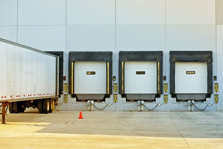 Semi Truck Trailer Magazijn laden  lossen. Grote moderne Amerikaanse Warehouse Building. Verzending en Cargo Foto Collectie.