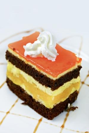 맛있는 멀티 레이어 케이크 근접 세로 사진입니다. 케이크 컬렉션.