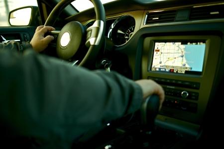 Autonavigation - Autofahren mit Navigation und Multimedia-System. Auto-Innen mit männlich-Treiber.