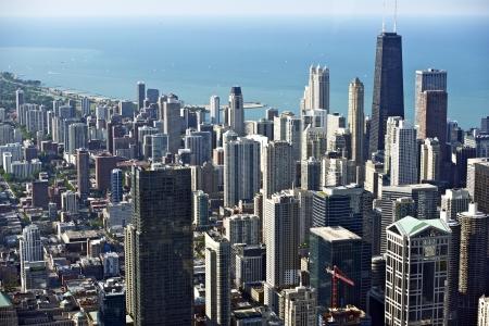 windy city: Chicago Downtown Bird Eye View. Hancock Tower sobre el derecho y el lago Michigan. Windy Panorama City. Chicago, Illinois, EE.UU.. Foto de archivo