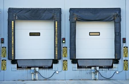 Deux portes d'expédition pour les camions. Collection industriel.