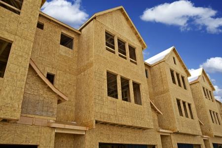 familia unida: Multifamiliar casa en construcci�n - Town Homes En Desarrollo. Obras de construcci�n en Estados Unidos. Foto de archivo