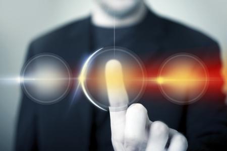 Touch Technology. Zakenman maakte zijn keuze en druk op de rechterknop. Digitale technologie.
