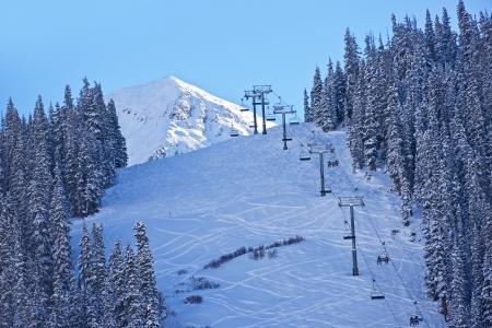 ski slopes: Piste da sci e Ski Lift in Colorado. Inverno Sci Theme. Paesaggio invernale
