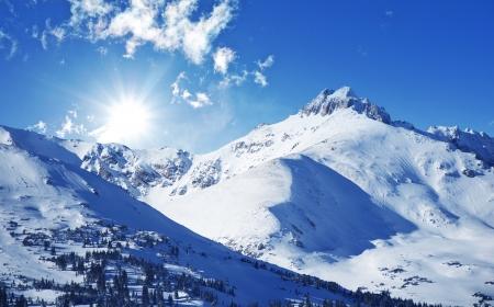 montañas nevadas: Montañas de invierno. Día soleado de invierno en Colorado, Estados Unidos. Montañas Rocosas Paisaje. Foto de archivo