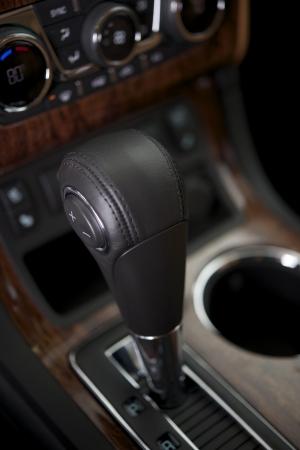 palanca de cambios: Moderna transmisi�n autom�tica Shifter primer. Interior del coche.