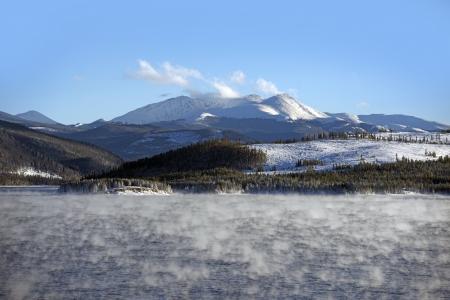 vapore acqueo: Lago di vapore acqueo in inverno. Molto bassa temperatura del vapore acqueo e scambi di calore. Colorado Landscape. Dillon Reservoir.