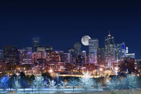 Horizon de Denver West Side. Nuit dans le Colorado. Centre-ville de Denver avec la Lune. États-Unis. Banque d'images