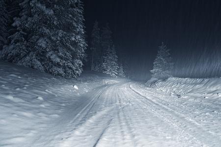 夜のコロラド州の冬の嵐。国の道路は大雪によって覆われています。