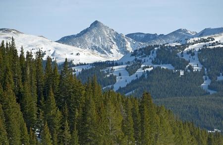 ski slopes: Colorado Summit County Paesaggio invernale. Piste da sci e Paesaggio alpino delle Montagne Rocciose.