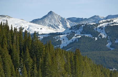 Colorado Summit County Winter Landscape. Ski Slopes and Alpine Landscape of the Rocky Mountains. 版權商用圖片