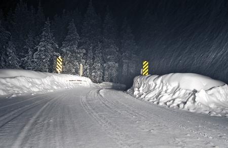 arri�re-pays: Winter Storm Backcountry Colorado Road, dans la nuit. Banque d'images