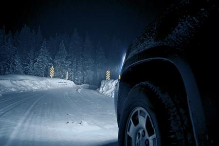 Gevaarlijke Winter Road at Night. Colorado Road Drive in Snow Storm.