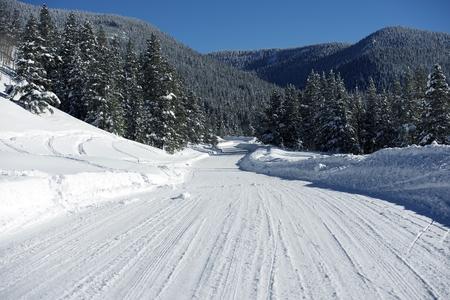 arri�re-pays: Backcountry Colorado route en hiver. Scenic Route d'hiver. Colorado, USA.
